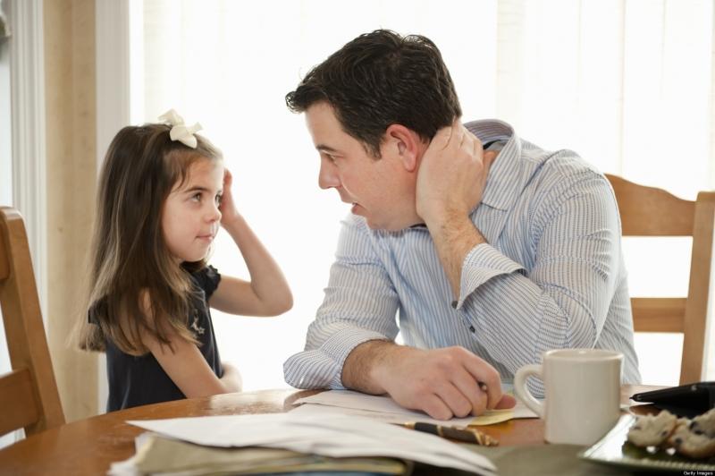 Cha mẹ nên giảng giải cho con hiểu tác hại của chứng lười học.