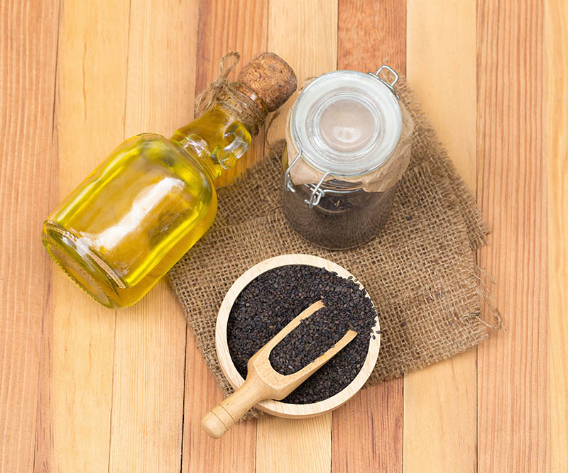 Dùng tinh dầu mè đen trị vảy nến