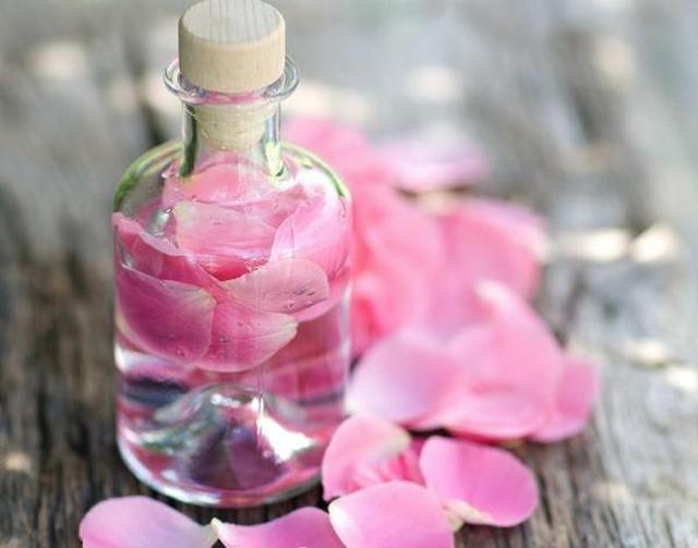 Nước hoa hồng cũng là khắc tinh của quầng thâm mắt