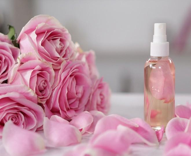 Dùng nước hoa hồng