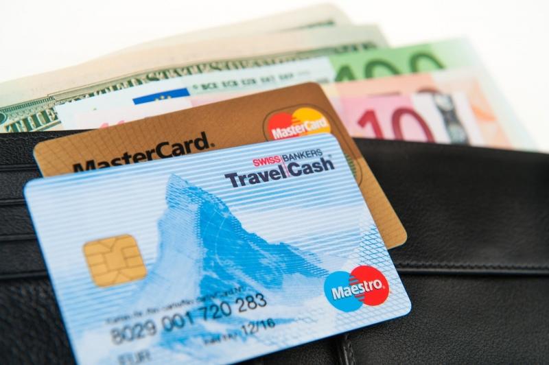 Thẻ rút tiền mặt khi đi du lịch là một cách tiết kiệm chi phí hiệu quả (Nguồn: Sưu tầm)