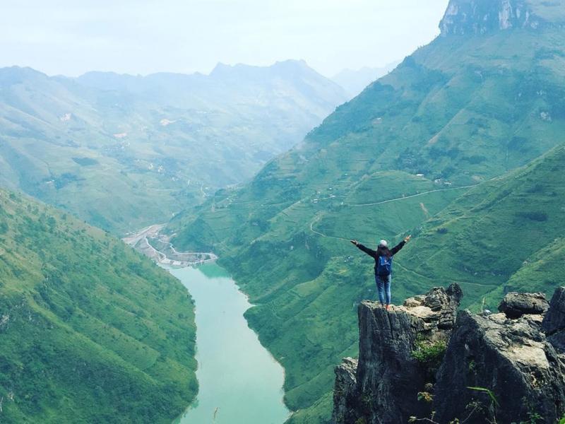 Chinh phục cung đường hiểm trở để đứng trên những mỏm đá tại đỉnh đèo Mã Pì Lèng