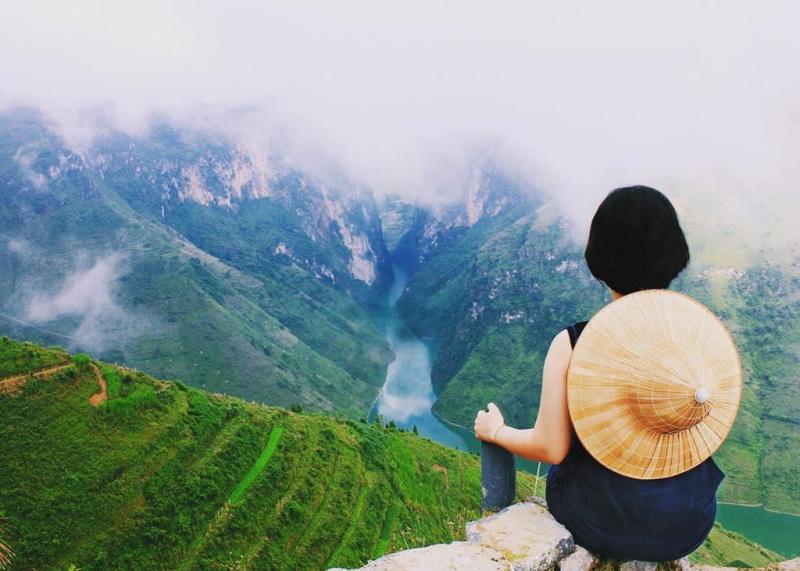 Du khách được tận hưởng không khí trong lành trên đỉnh đèo cao khi nhìn ngắm dòng sông Nho Quế