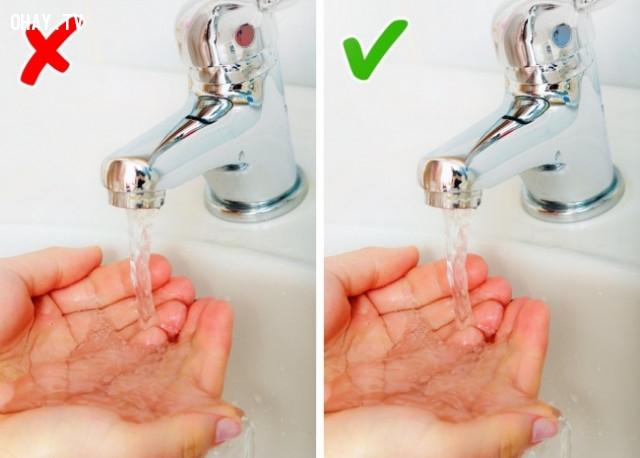 Không nên rửa tay bằng nước nóng