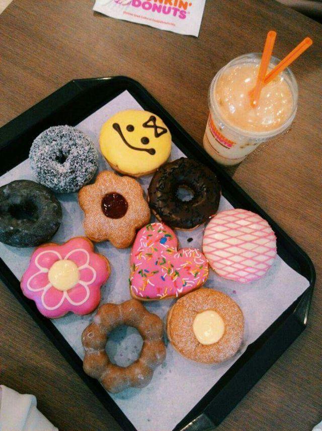 Dunkin' Donuts với dòng sản phẩm chính là bánh Donuts  với cà phê.