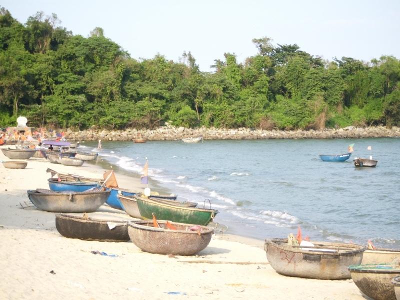 Thuyền thúng neo đậu dọc bờ biển