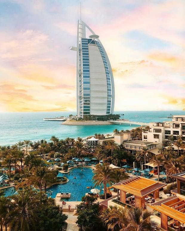 Burj Al Arab được xây dựng trên một hòn đảo nhân tạo