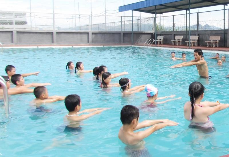 Dạy trẻ bơi để hạn chế đuối nuớc