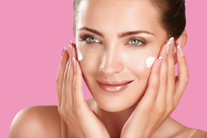 Bạn nên thoa kem dưỡng ẩm ngay sau khi tắm, khi làn da vẫn còn giữ độ ẩm nhất định
