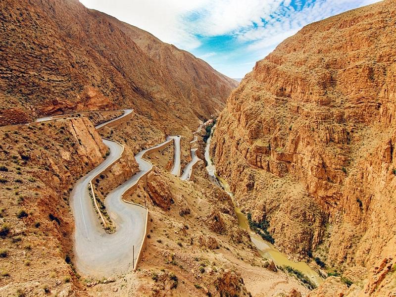 Đường Atlas Mountains – Morocco có chiều dài 188 km và có rất nhiều khúc cua quanh co và ngoặt