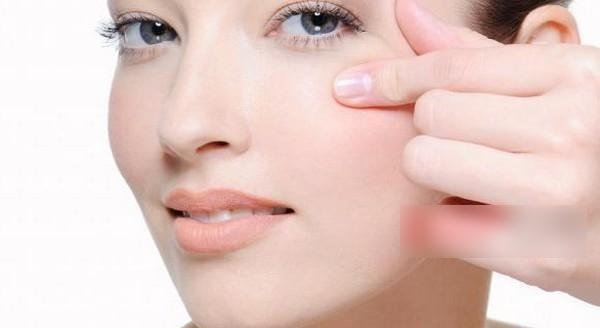 làm vùng da dưới mắt sáng màu, không nhăn nheo