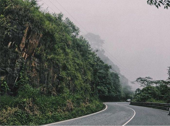 Đường đèo Bảo Lộc với một bên là vực sâu, một bên là vách núi hùng vĩ