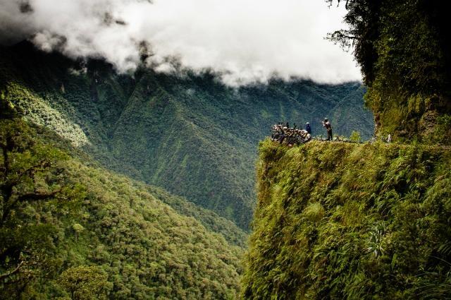 """Đường Old Yungas – Bolivia còn được gọi là """"cung đường tử thần"""" vì nó từng cướp mạng sống của hàng nghìn người"""