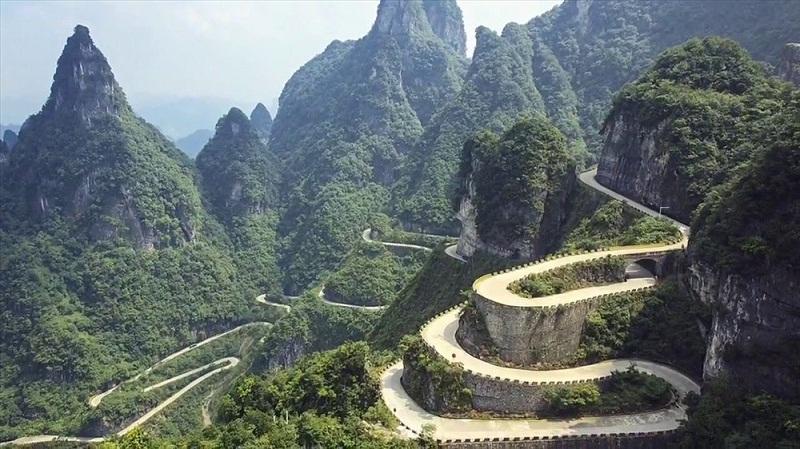 Những khúc cua và độ dốc của đường Tianmen khiến ai cũng phải trầm trồ