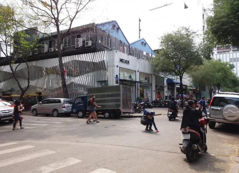 Những cửa hiệu thời trang trên đường Tôn Thất Thiệp