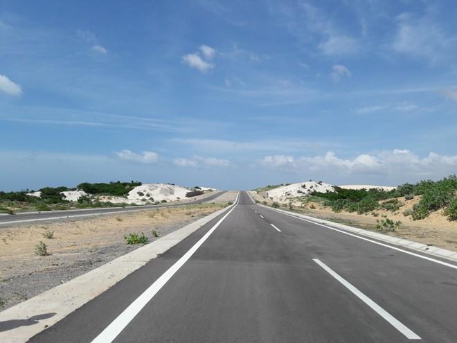 Hai bên đường là những hoang mạc nhỏ với bãi cát dài rất đẹp