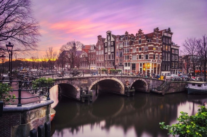 Những con đường ven kênh Brouwersgracht của thủ đô Amsterdam trở nên lãng mạn vô cùng, nhất là khi màn đêm phủ xuống