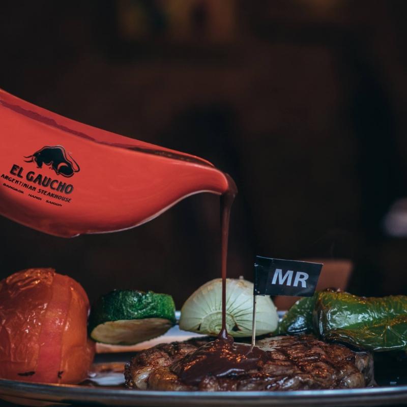 Beefsteak được ăn với nước sốt đặc biệt
