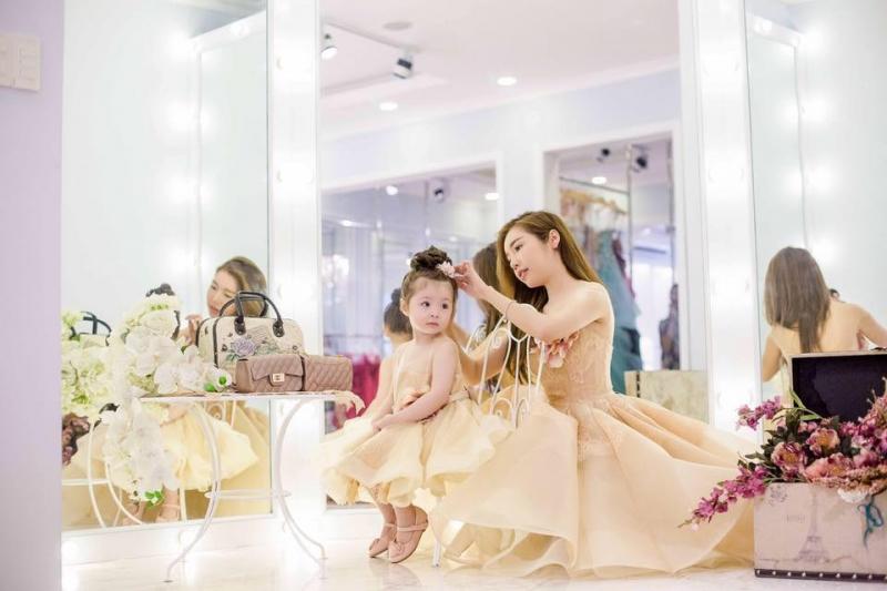 Hai mẹ con Elly Trần diện đầm công chúa sành điệu