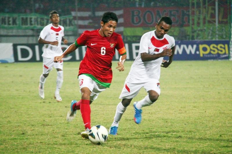 Evan Dimas (áo đỏ) là thần đồng của bóng đá Indonesia