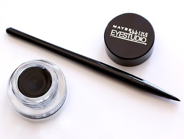 Maybelline Eye Studio Lasting Drama Gel Eyeliner có dạng gel kèm chổi cực chuẩn, phù hợp với cả những bạn gái mới tập makeup.