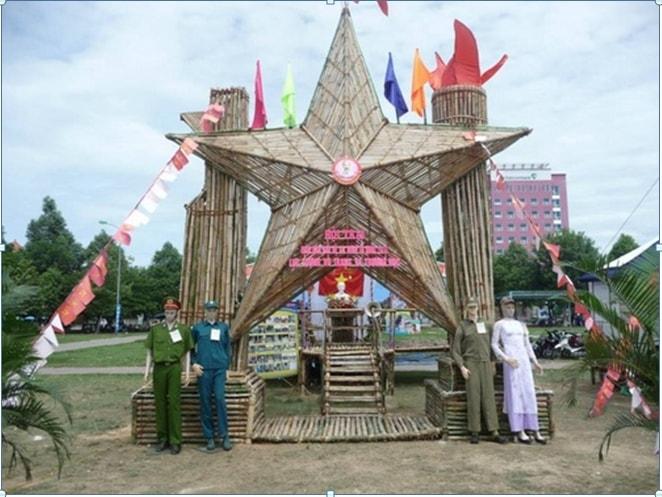 Cổng trại hè với chủ đề ''Sao vàng đất Việt''