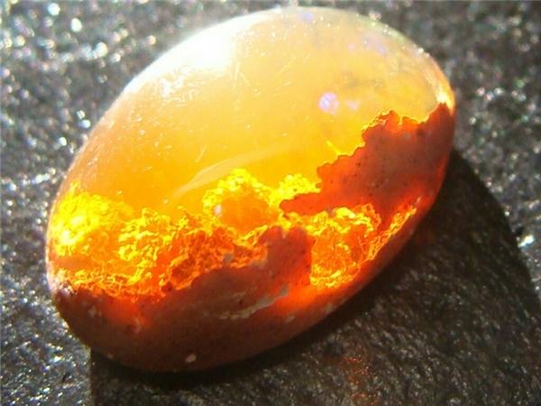 Đá opal cam rực ánh mặt trời