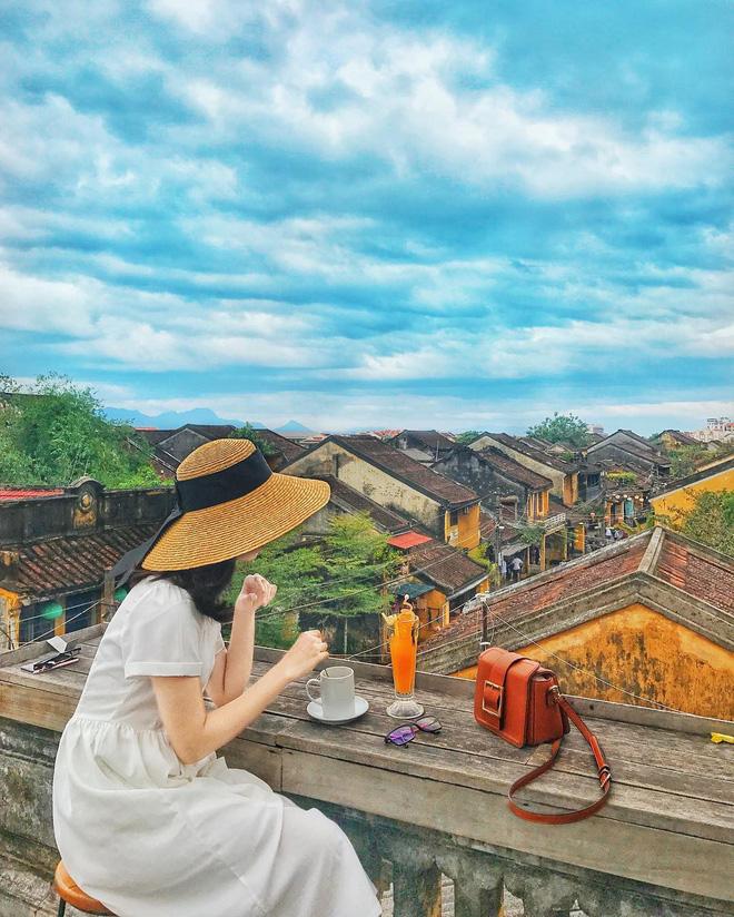 Bạn có thể chụp một bức ảnh với mây trời tự do, cùng những mái ngói đượm màu hoài cổ