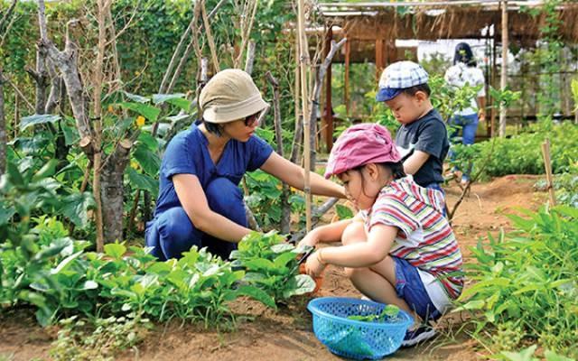 Trẻ nhỏ sẽ được trải nghiệm cuộc sống của một nông dân tại Family Garden Thảo Điền