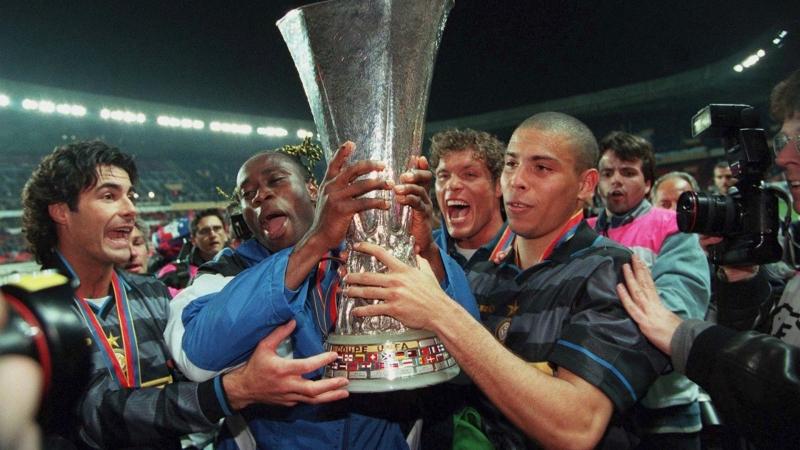 Ronaldo giành được chiếc cup UEFA cup với Inter năm 1998