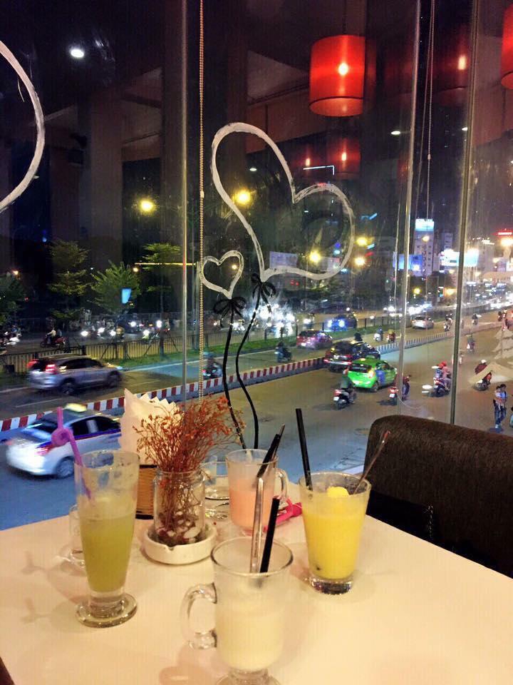 Nhân viên tận tình chu đáo cùng menu đa dạng để khách hàng lựa chọn cũng là lý do mà giới trẻ Hà Thành chọn nơi đây là điểm thường xuyên lưu tới.