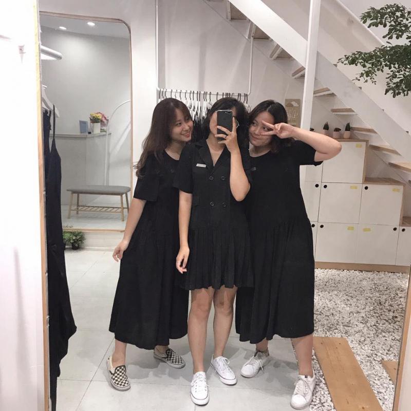 Fleur Studio là tiệm quần áo chuyên đồ màu đen, từ váy vóc, áo phông đến áo kiểu.