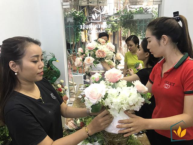 Các học viên tại lớp học cắm hoa nghệ thuật