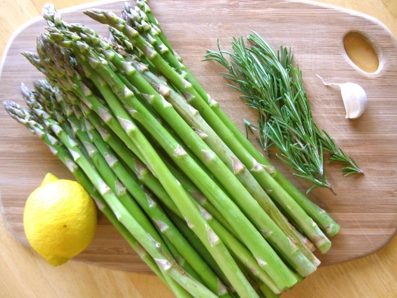 Cây măng tây có chứa nhiều folate tốt cho trẻ con