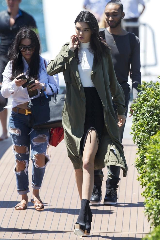 Kendall Jenner với mẫu trend coat lụa xanh rêu trẻ trung hiện đang được giảm giá trên Forever 21 với giá khoảng 23$ (khoảng hơn 500.000 VNĐ).