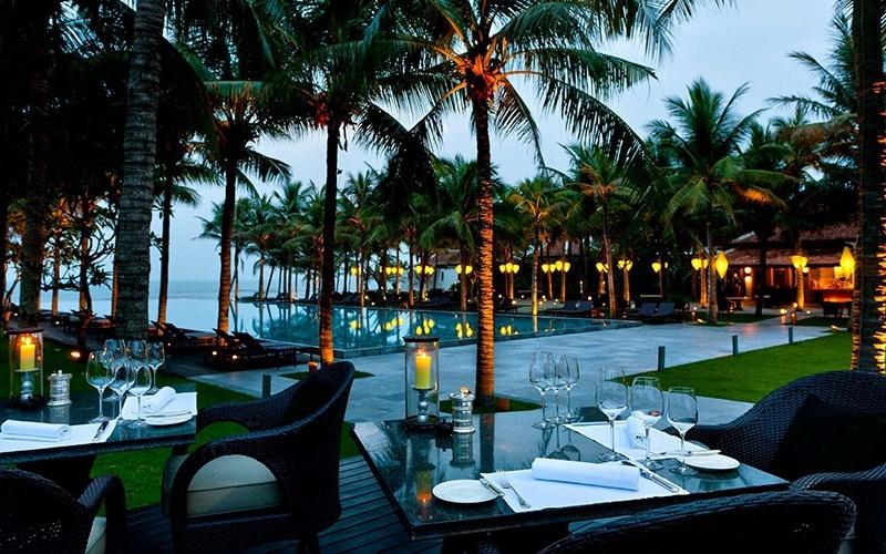 Khu ăn uống hướng ra biển tại Four Seasons Resort The Nam Hai
