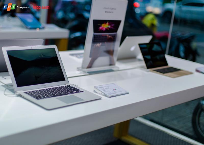 Macbook được trưng bán khu riêng biệt với các dòng laptop khác tại FPT Shop