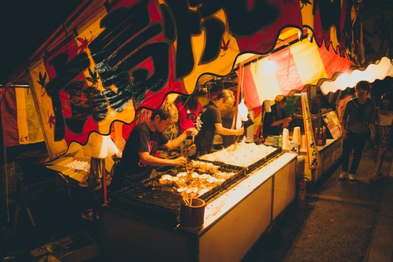 Những món ăn đường phố được bày biện trong các khu lều có đầy đủ bàn ghế cũng là một phần văn hóa nổi bật của nơi đây.