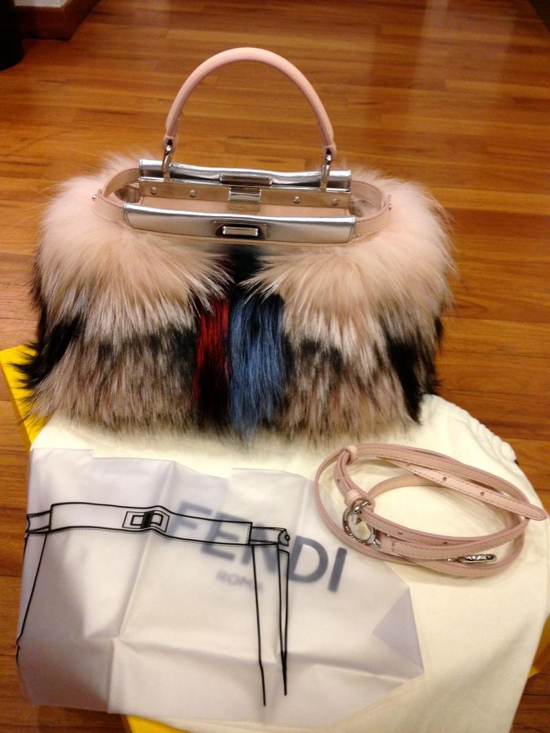 Chiếc túi Fur Mini Peekaboo của thương hiệu Fendi