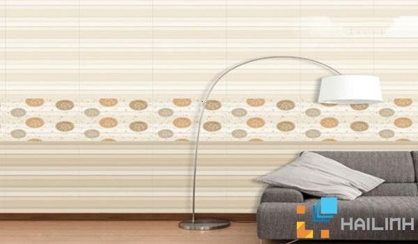 Gạch ốp tường theo phong cách này tạo ra bởi sự chấm phá của những họa tiết hình học kết hợp những đường nét to nhỏ, đậm nhạt đan xen tô điểm, lồng ghép vào nhau bằng màu phản quang và nhũ hoa nhìn khá mới lạ.