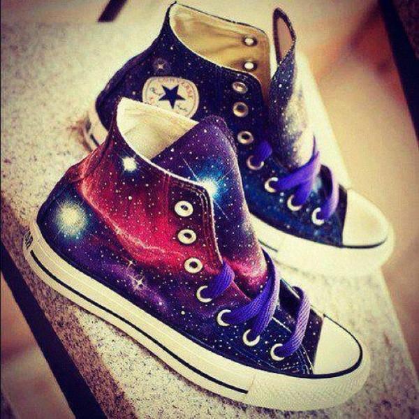 Trong thời gian gần đây, xu hướng màu galaxy bắt đầu oanh tạc mạnh trong giới trẻ và một đôi giày với màu sắc galaxy là sự mong ước của bất cứ cô gái nào.