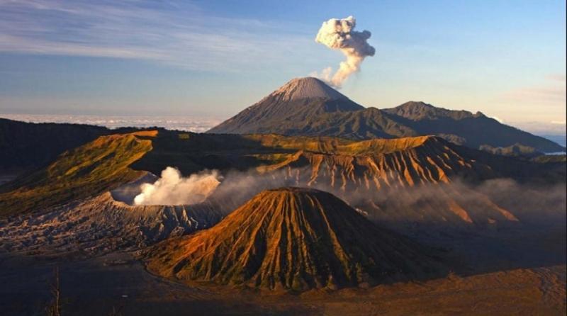 Hình ảnh núi lửa Graleras với cột tro và khí gas