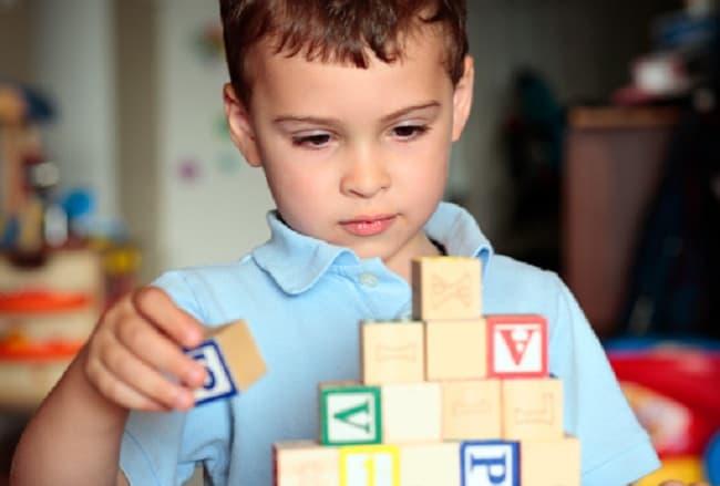Trẻ tự kỷ có những gắn bó bất thường