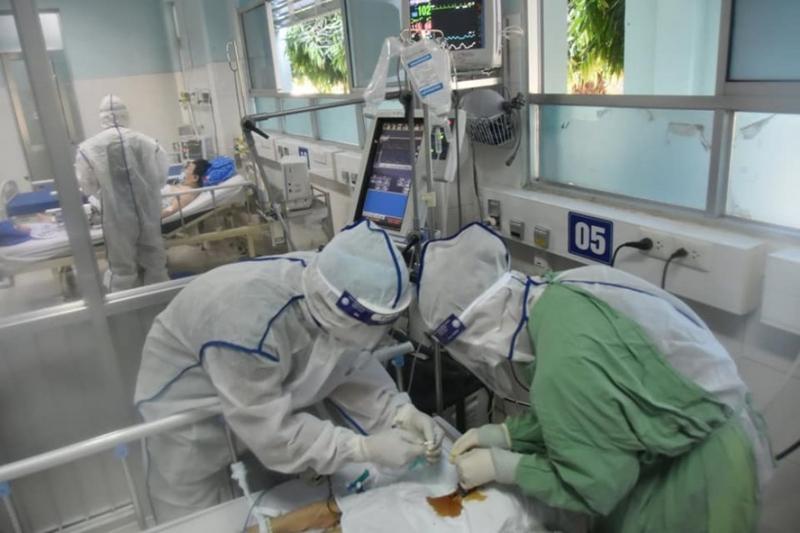 Các bác sĩ và nhân viên y tế tham gia chống dịch Covid-19