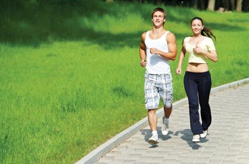 Bạn cũng nên uống thật nhiều nước để khỏi bị mất nước trong quá trình chạy bộ nhé.