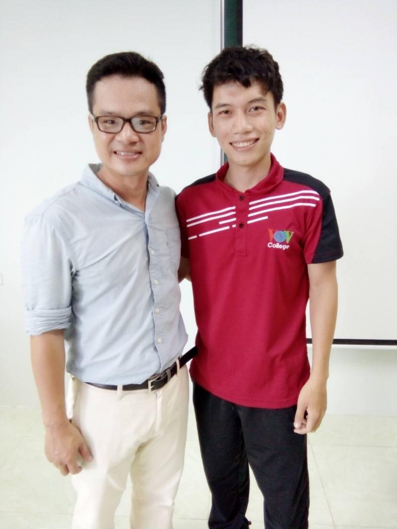 Anh Hứa Cao Minh(BTV của HTV) và sinh viên.