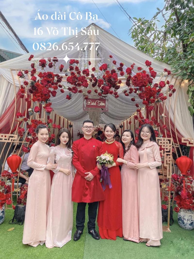 Cô dâu chú rể đến dàn phụ dâu, phụ rể đảm bảo chỉ cần mặc áo dài Cô Ba là bao sang, bao chảnh