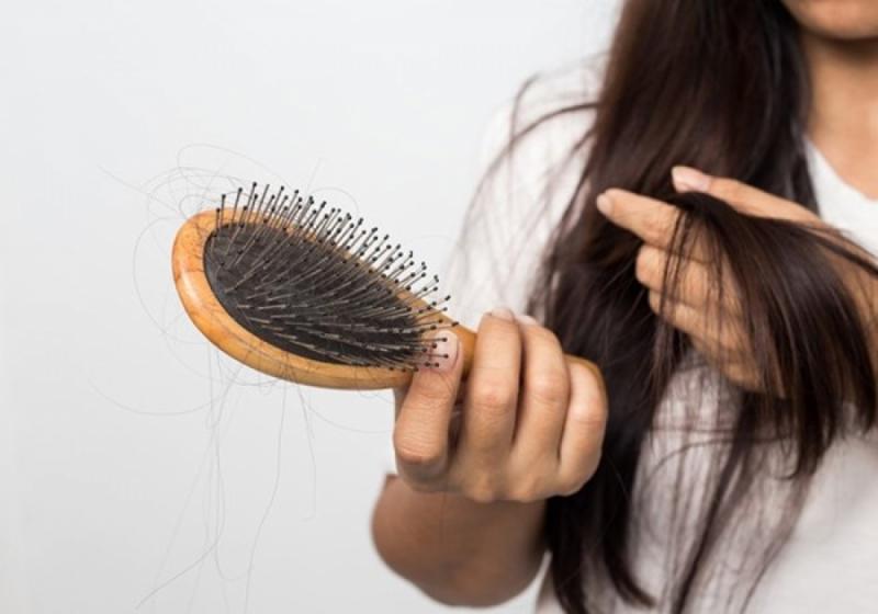 Đi ngủ khi tóc còn ướt gây rụng tóc và chẻ ngọn
