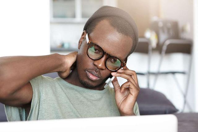 Đau cổ là triệu chứng thường gặp phải ở những người chơi game hoặc nhắn tin thường xuyên trên điện thoại