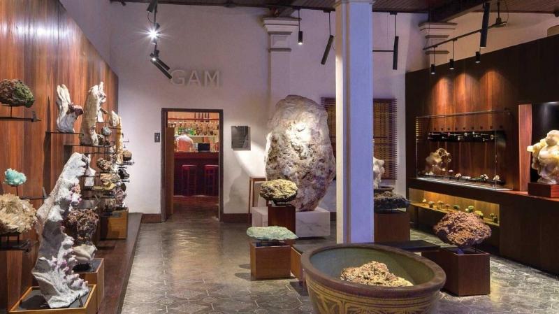 Nơi đây hấp dẫn du khách nhờ hàng trăm loại đá quý từ Bắc tới Nam được trưng bày